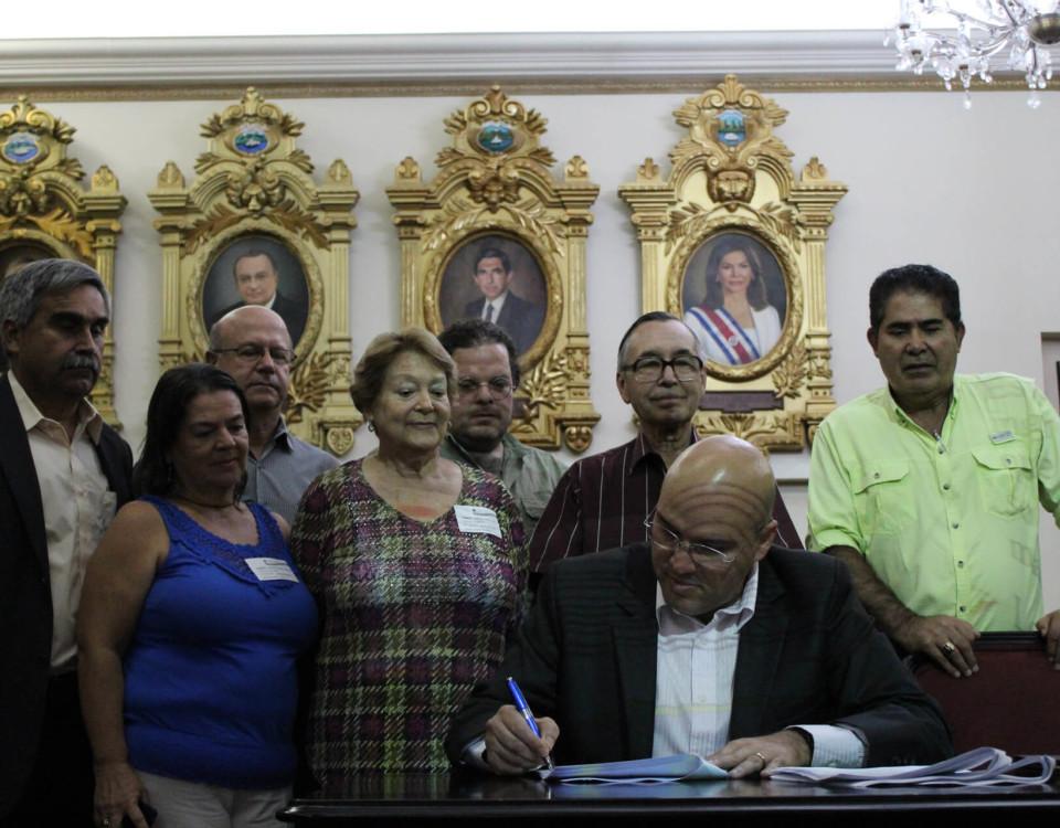 Momento en que el diputado Edgardo Araya firma el proyecto de ley acompañado por los impulsores del mismo.