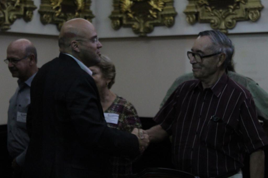 Saludo entre el diputado Edgardo Araya (izquierda) y el asociado del CCT Mario Boza (derecha) una vez terminada la actividad de oficialización del proyecto de ley.