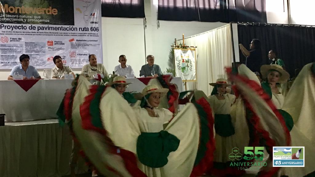 Acto cultural durante la visita de don Luis Guillermo Solís a la comunidad de Monteverde